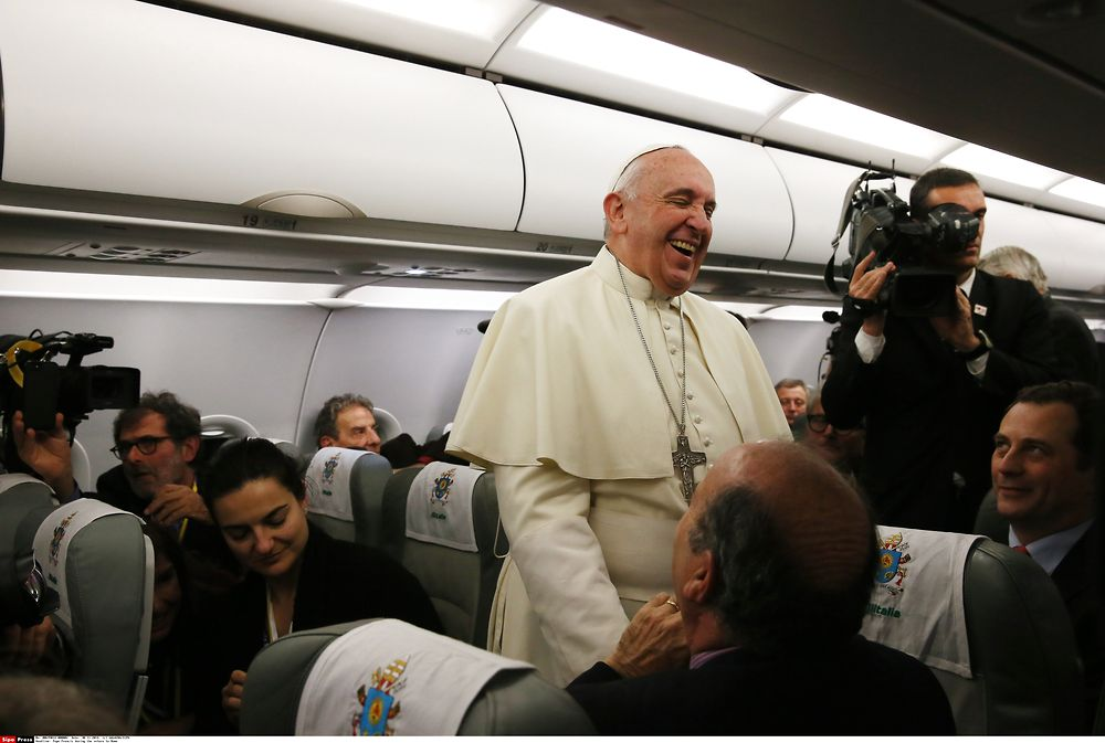 30/11/2014 Flight Istanbul-Rome. Apostolic journey of Pope Francis to Turkey. The Holy Father answers some ...