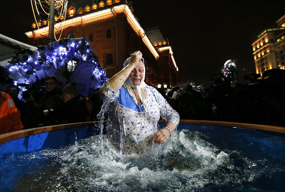 epaselect epa05109599 A Russian woman takes a dip in a tub with ice water during the celebrations of the ...