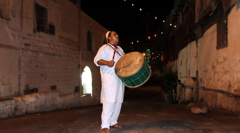 epa02860695 A traditional Palestinian 'Mesaharaty' passes by houses to wake people up shortly ...