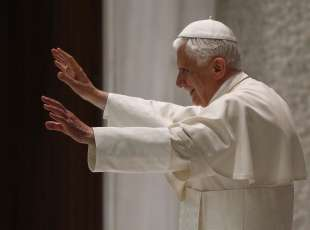 Pope Benedict XVI waves during his weekly Wednesday general audience in Paul VI hall at the Vatican June 23, 2010. REUTERS/Tony Gentile (VATICAN - Tags: RELIGION)