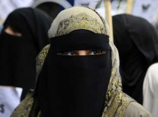 A demonstrator wears a niqab during a protest outside the French embassy in London April 11, 2011. France's ban on full face veils, a first in Europe, went into force today, exposing anyone who wears the Muslim niqab or burqa in public to fines of 150 euros ($216) and lessons in French citizenship. REUTERS/Stefan Wermuth (BRITAIN - Tags: POLITICS RELIGION CIVIL UNREST HEADSHOT)