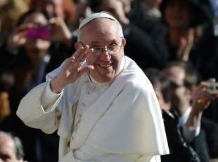 Se Ritzau: Pave Frans sælger tre gange så godt som Benedikt. ARKIVFOTO: - - AFP PICTURES OF THE YEAR 2013 - - Pope Francis waves to the crowd from the papamobile during his inauguration mass at St Peter's square on March 19, 2013 at the Vatican. World leaders flew in for Pope Francis's inauguration mass in St Peter's Square on Tuesday where Latin America's first pontiff will receive the formal symbols of papal power. AFP PHOTO / FILIPPO MONTEFORTE