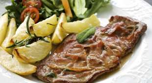 Close-up of Veal Saltimbocca with prepared potato (Saltimbocca med