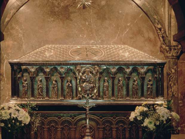 Relics of St James the Apostle, Santiago de Compostela, Spain. The 19th-century silver reliquary in the ...