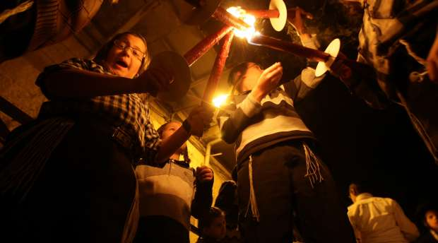 epa02475886 Ultra Orthodox Jewish children hold up torches on the first night of Hanukkah, in the ultra ...