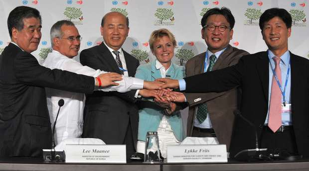 (L-R) The deputy Director of Global Green Growth Initiatives (GGGI), South Korean Jung Tae Yong, the ...